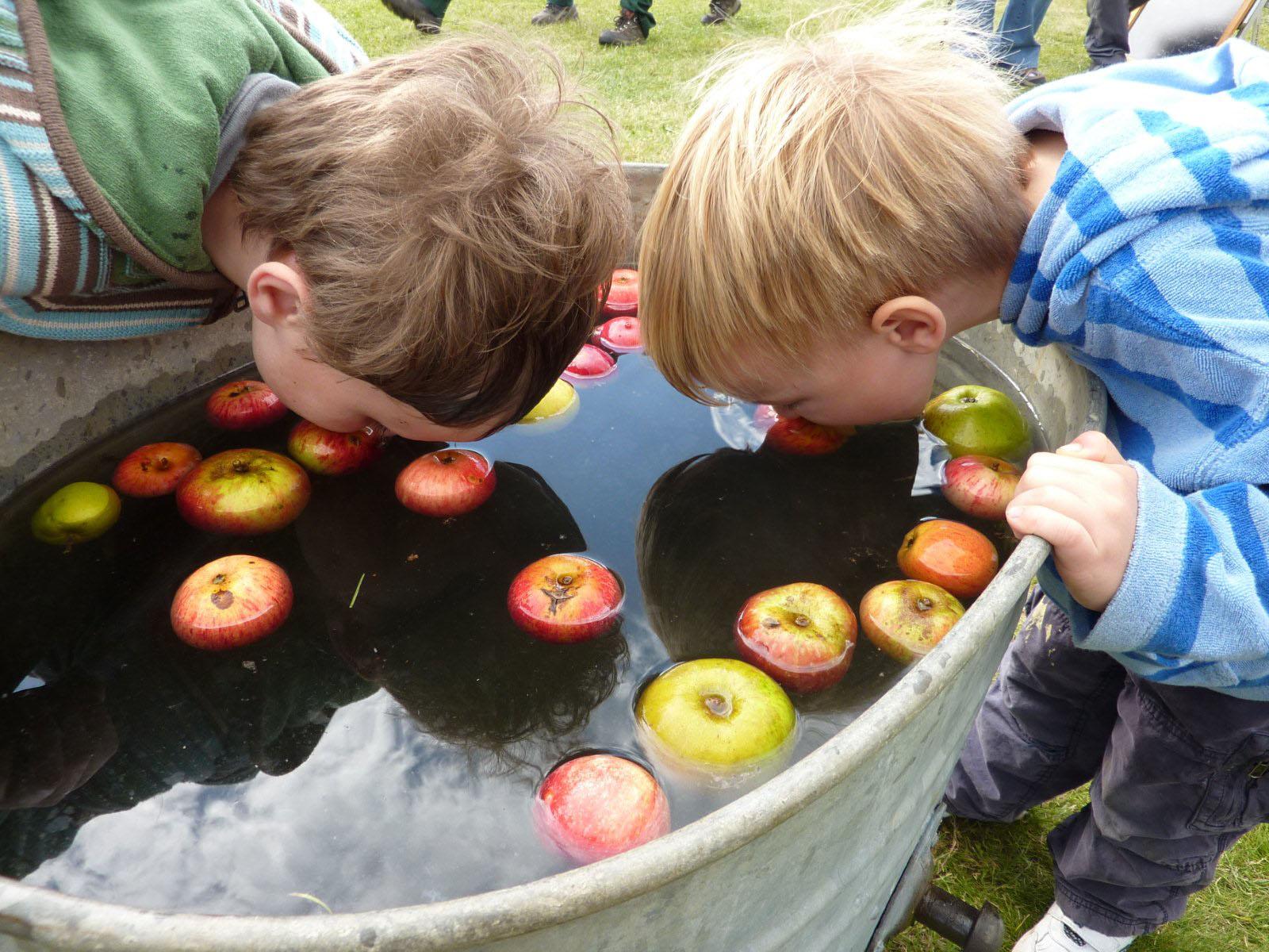 Конкурс с яблоком в воде