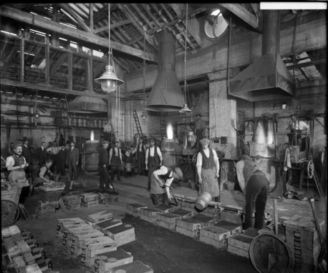 Casting metal shell components at William Sugg & Co Ltd's Vincent Works in Westminster. Dec 1918.