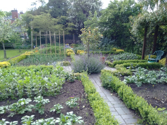 Hill_Close_Gardens_plot_22 By RobJN (Own work) [CC0], via Wikimedia Commons