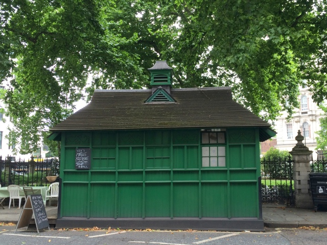 Cabbie's shelter, Grosvenor Gardens, London 1906 c Historic England