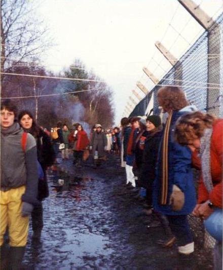 Greenham - Embracing_the_base,_Greenham_Common_December_1982_-_geograph.org.uk_-_759090