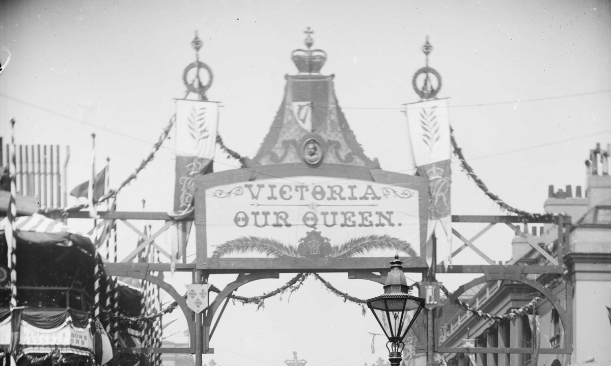 Pubs, parks and pavilions: Queen Victoria in public places